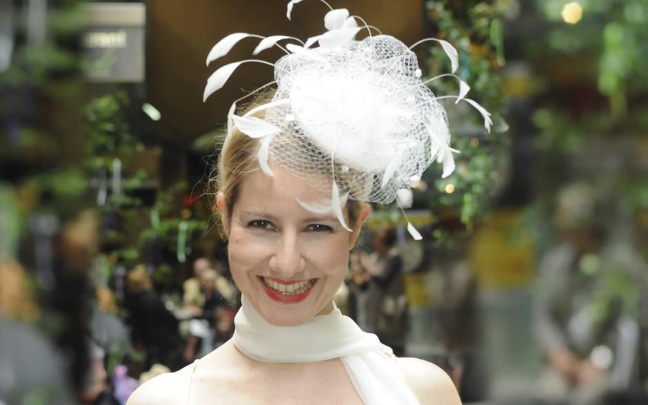 Neben den klassischen Schleiern und Hüten bieten wir stoffbezogene Kappen, ausgefallenen Federnschmuck und handgeklöppelte Schleier. Passend zum Brautkleid fertigen wir in kundeneigenem Material individuellen Brautschmuck.