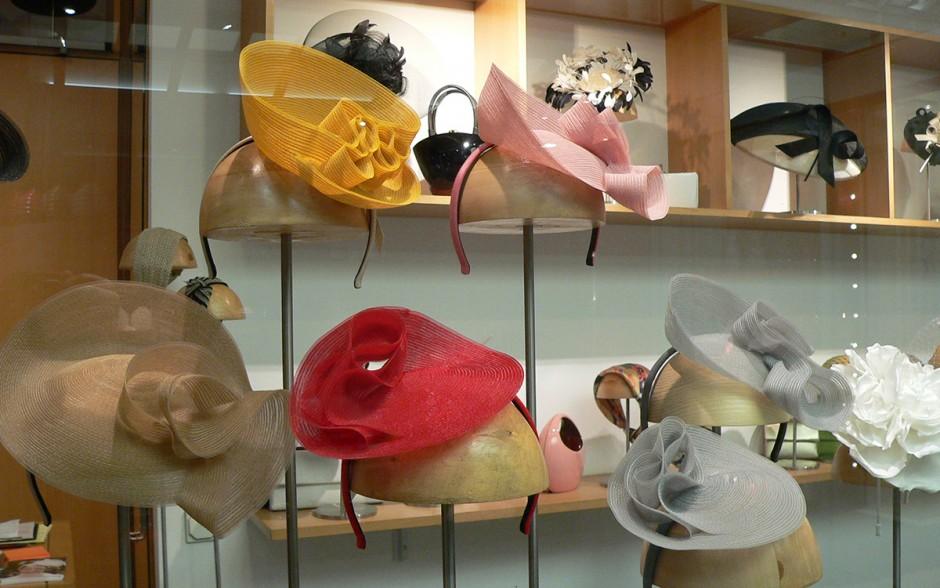 Aus ausgesuchten hochwertigen Materialien, nach alter handwerklicher Tradition entstehen extravagante Kopfbedeckungen für besondere Anlässe. Sie werden auf das individuelle Outfit der Kunden abgestimmt und nach Maß gearbeitet.
